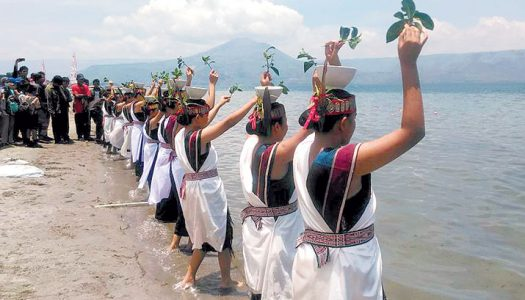 Uniknya Tarian Menguras Danau di Festival Pasir Putih